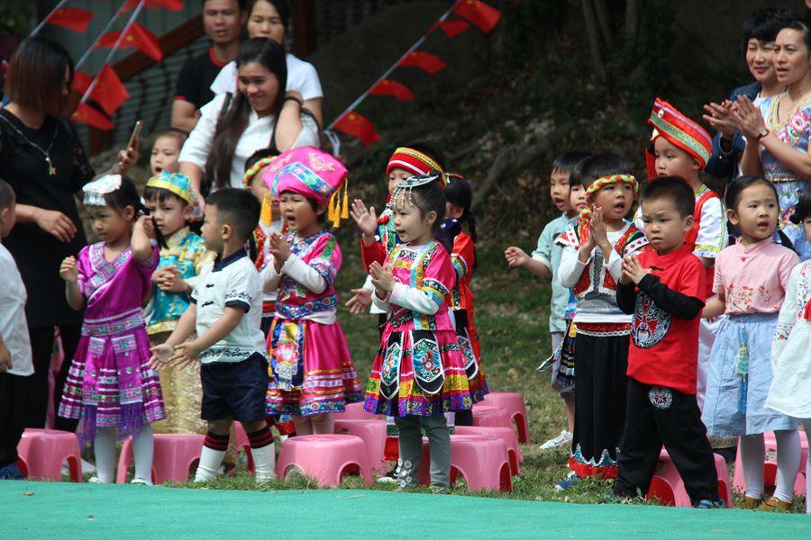 合浦筑梦幼儿园举行壮乡歌圩节五彩三月三活动,家长与